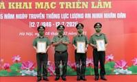 """Eröffnung der Ausstellung """"75. Jahrestag der heldenhaften Volkssicherheitskräfte Vietnams"""""""