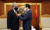 Überreichung von Erinnerungsorden für UN-Koordinator in Vietnam