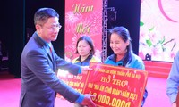 Trade Union offers gifts to ensure happy Tet for workers