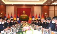 Top leaders of Vietnam, Laos vow to boost great friendship, special ties