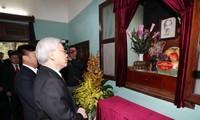 เลขาธิการใหญ่พรรคเหงวียนฟู้จ๋องจุดธูปสักการะรำลึกถึงประธานโฮจิมินห์