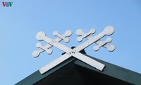 """""""Khau cút""""สัญลักษณ์ด้านความเลื่อมใสบนหลังคาบ้านของชาวเผ่าไทดำในจังหวัดเอียนบ๊าย"""