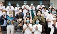 ชาวต่างชาติในเวียดนามแสดงความขอบคุณหน่วยงานสาธารณสุขเวียดนาม