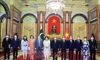 ประธานประเทศเหงียนซวนฟุก ต้อนรับบรรดาเอกอัครราชทูตที่เข้ายื่นสารตราตั้ง