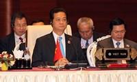 Vietnamese people applaud PM Nguyen Tan Dung's speech at the ASEAN Summit