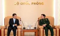 越南国防部部长吴春历会见韩国国防部次官黄仁武