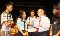 诺贝尔物理学奖得主赫拉尔杜斯·霍夫特教授与越南科学爱好者交流