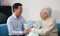 越共中央宣教部部长武文赏探望并向越南老艺术家致贺