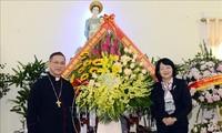 越南国家副主席邓氏玉盛向裴朱教区主教座堂神职人员致以圣诞节祝贺