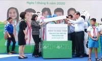 越南国家副主席邓氏玉盛向广南省儿童赠送礼物