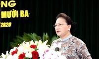 越南国会主席阮氏金银会见越南英雄母亲代表团