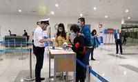 将240名在新加坡的越南公民接回国