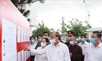 越南国家主席阮春福与胡志明市选民进行接触