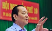 Führung von Ho Chi Minh Stadt besucht Arbeiter beim Brückenbau