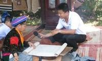 Zwei Journalisten der Stimme Vietnam üben ihre Tätigkeit auf dem Ostmeer aus