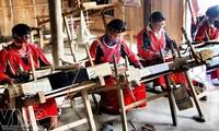 Verbesserung der Lebensbedingungen für Frauen aus ethnischen Minderheiten durch Webarbeit