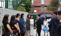 Vizepremierminister Trinh Dinh Dung besucht vietnamesische Botschaft in Japan