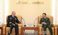 Generalstabschef der vietnamesischen Volksarmee Phan Van Giang empfängt US-General