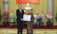 Staatspräsident überreicht Urkunde der 70-jährige Parteiangehörigkeit an Nguyen Thi Binh