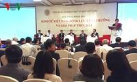 Vizepremierminister Vuong Dinh Hue nimmt am Forum über vietnamesische Wirtschaft teil