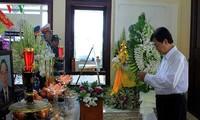 Nguyen Xuan Phuc zündet Räucherstäbchen für verstorbenen ehemaligen Premierminister Phan Van Khai an