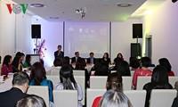Präsentation der vietnamesischen Tracht Ao Dai in Europa