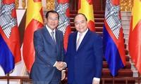 Premierminister Nguyen Xuan Phuc trifft kambodschanischen Amtskollegen Hun Sen