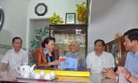 Parlamentspräsidentin Nguyen Thi Kim Ngan besucht Familien mit Verdiensten in Can Tho