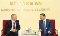 Polizeiminister To Lam empfängt Ted Osius, stellvertretender Vorsitzender für öffentliche Politik bei Google