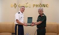 General Nguyen Chi Vinh empfängt US-Militärattache Stevenson