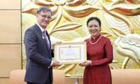 Auszeichnung für Frieden und Freundschaft der Völker an laotischen Botschafter in Vietnam