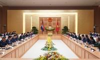Premierminister Nguyen Xuan Phuc führt Gespräche mit seinem kambodschanischen Amtskollegen