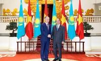 Premierminister Nguyen Xuan Phuc empfängt Präsidenten des kasachischen Unterhauses
