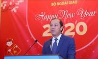 Vizeaußenminister Nguyen Quoc Dung trifft ausländische Journalisten in Vietnam