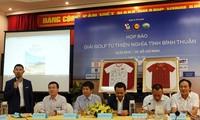Premierminister Nguyen Xuan Phuc lässt Fußballtrikos der vietnamesischen Fußballmannschaft der Frauen versteigern