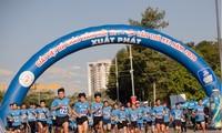 8000 Menschen haben zum Neujahr an Marathon-Lauf teilgenommen