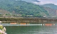 """Rennen der Boote """"Schwanz von Schwalben"""" in Muong Lay"""
