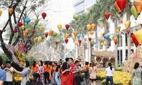Menschen in Ho Chi Minh Stadt feiern Tetfest