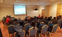 Trainer Mai Duc Chung analysiert myanmarische Frauenfußballmannschaft