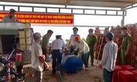 Seepolizei bringen Bürgern in Soc Trang Trinkwasser und Mundschutzmaske