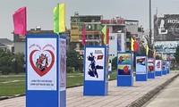 Ausstellung über Plakate zur Feier zum 45. Jahrestag der Vereinigung des Landes