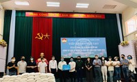 Trong Tan und Künstler schenken sieben Tonnen Reis an Armen