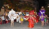 Fachschule für Kultur und Kunst in Danang eröffnet Straßen-Gala