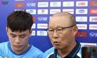 Trainer Park Hang Seo zeigt Star-Ensemble vom Fußballklub Hoang Anh Gia Lai die Balltechniken
