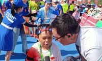 Kleiner Mann erobert Marathon-Strecke zu Ly Son