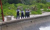 Bürger und Marinesoldaten der Stadt Truong Sa interessieren sich für den Parteitag