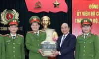 Premierminister Nguyen Xuan Phuc beglückwünscht Einheiten der Polizei