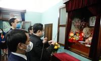 Tran Thanh Man zündet Räucherstäbchen zu Ehren Ho Chi Minhs an