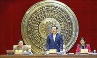 Parlamentspräsident Vuong Dinh Hue tagt mit Mitgliedern des Justizausschusses