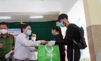 Ermutigung und Geschenke für die von der COVID-19- Pandemie betroffenen Ausländer in Vietnam